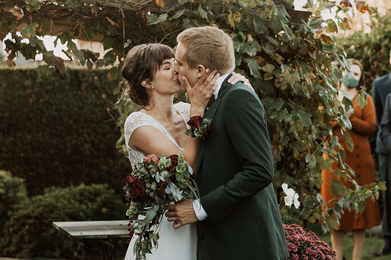 bruidspaar kust first look tuin