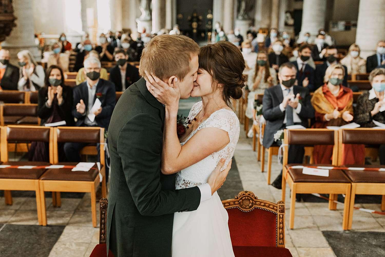 kus bruidspaar Sint-Kwintenskerk
