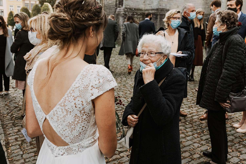 oma groet bruid uittrede Sint-Kwintenskerk