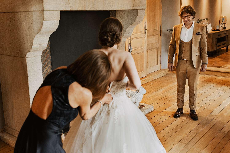Aankleden bruid vader lacht