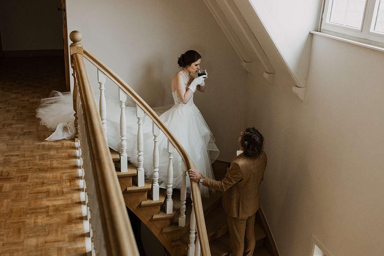 Bruid van trap met vader