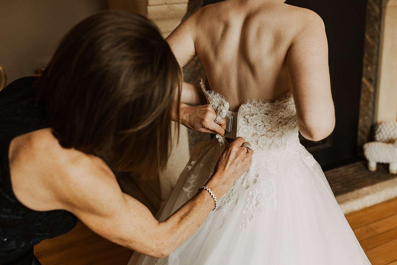Dichtknopen bruidsjurk huwelijk Wommersom