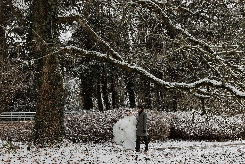 Kasteel van Hulpe bruidspaar in sneeuw