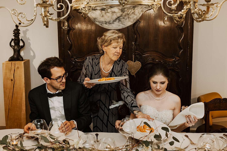 Oma serveert eten bruidspaar