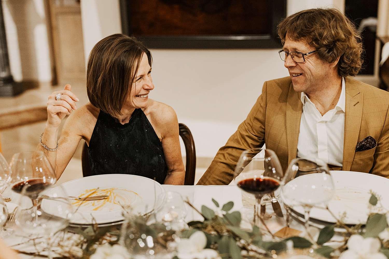 Ouders aan feesttafel huwelijk