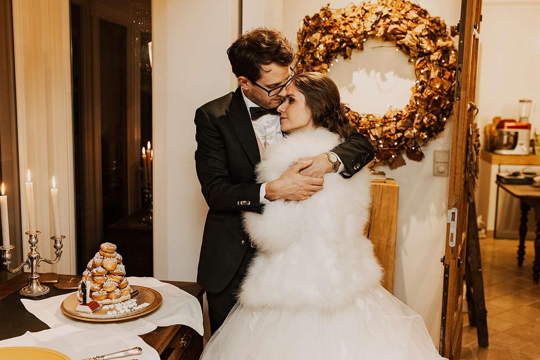 bruidspaar kust bij bruidstaart