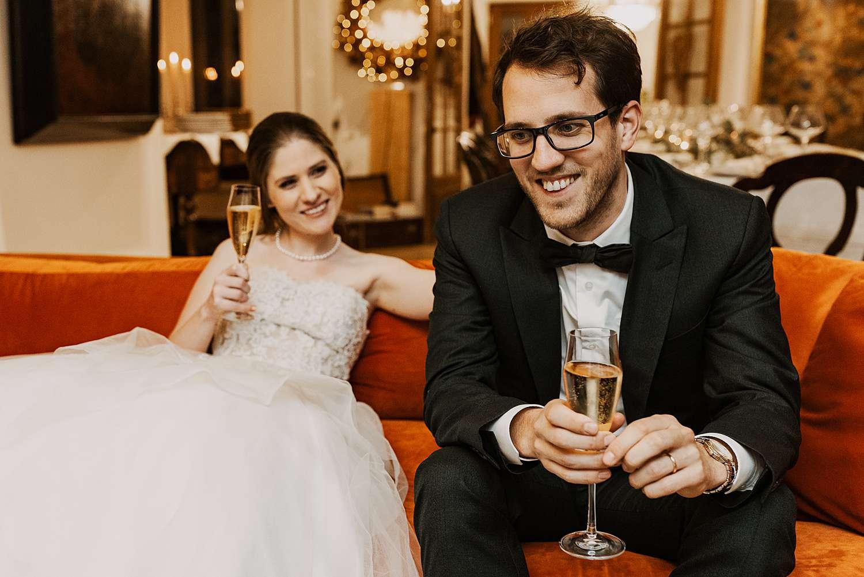 Bruidspaar op zetel avondfeest