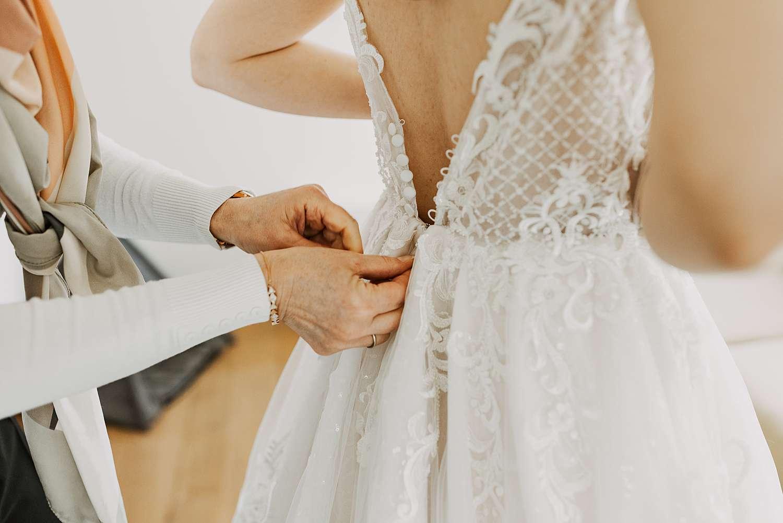 Dichtknopen bruidsjurk huwelijk Schilde