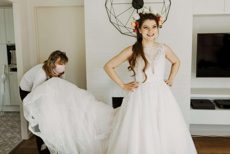 Huwelijk moeder helpt aankleden bruid Schilde