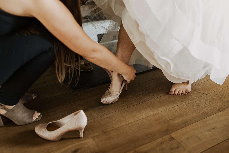 Bruidsschoenen aandoen huwelijk Schilde