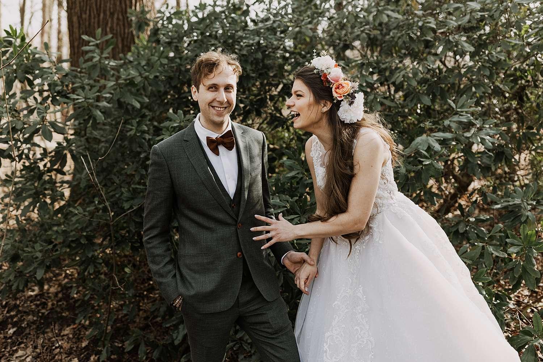 Bruidspaar lacht huwelijk Kasteel van Brasschaat