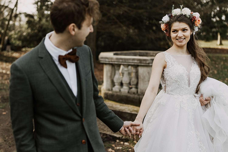 Bruidspaar hand in hand park van Brasschaat
