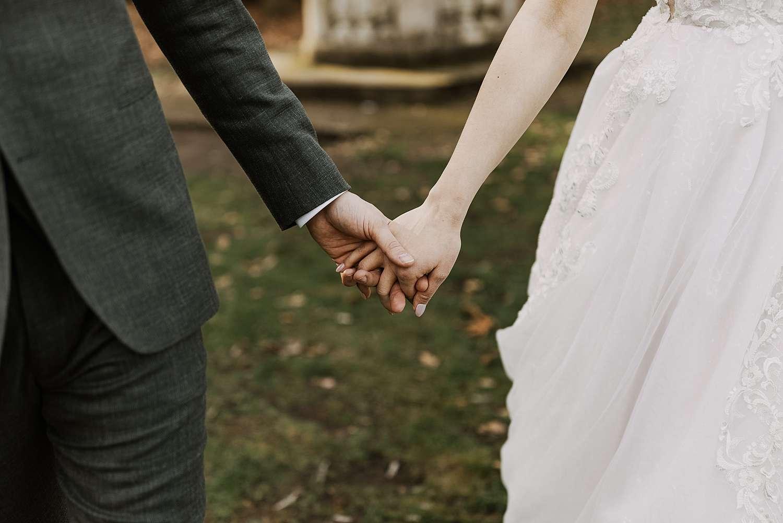 Close-up handen bruidspaar park van Brasschaat