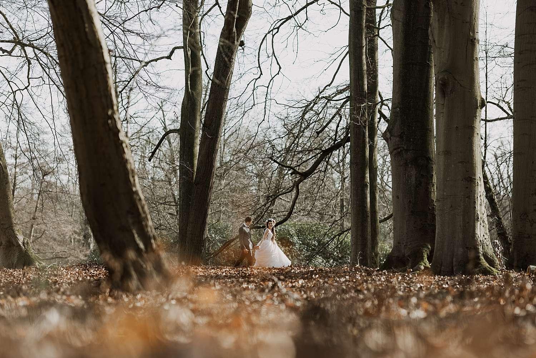 Bruidspaar in bos park van Brasschaat