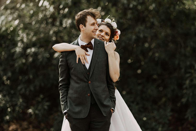 Knuffel bruidspaar in park van Brasschaat winterhuwelijk