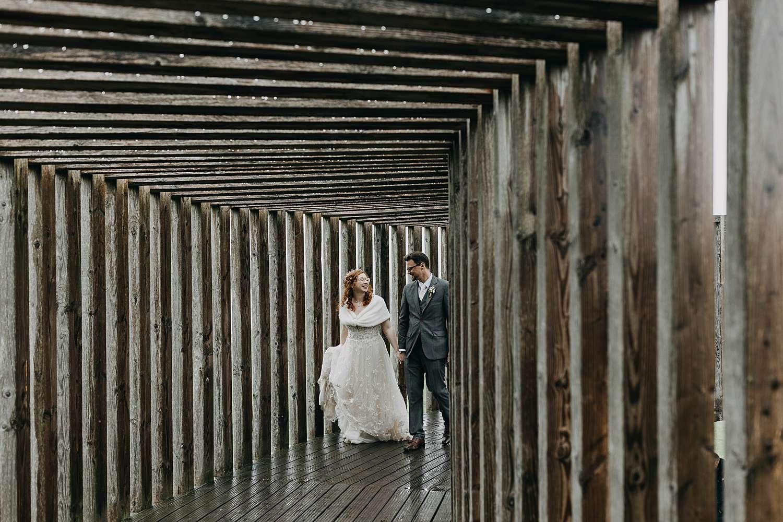 Bruidspaar wandelt in houten cirkel uitkijkpunt Haspengouw