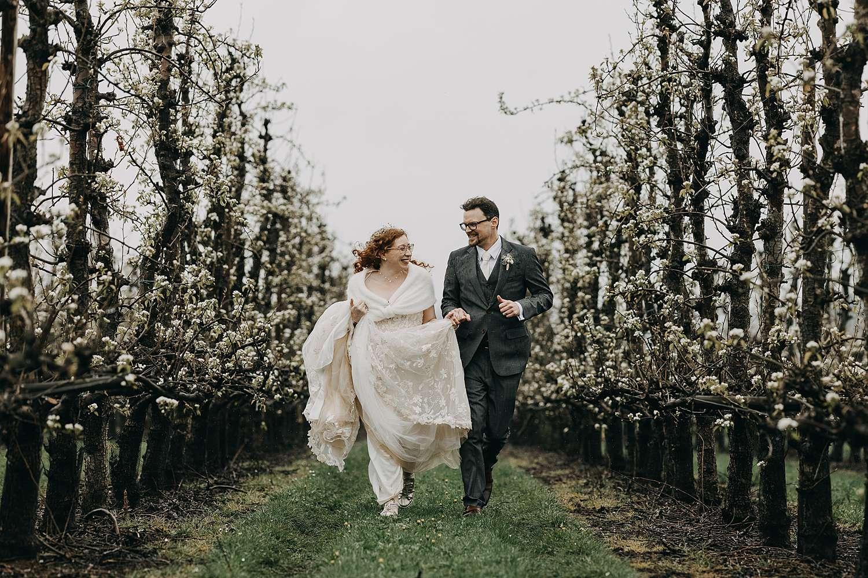 Bruidspaar in bloesems Haspengouw