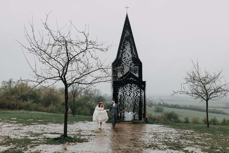 Doorkijkkerkje in Borgloon bruidspaar in regen