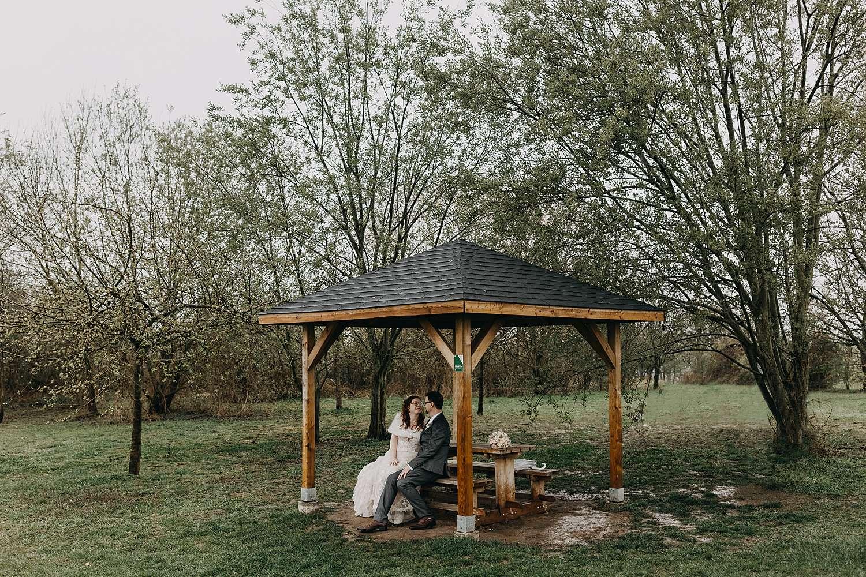 Doorkijkkerkje koppel schuilt voor regen