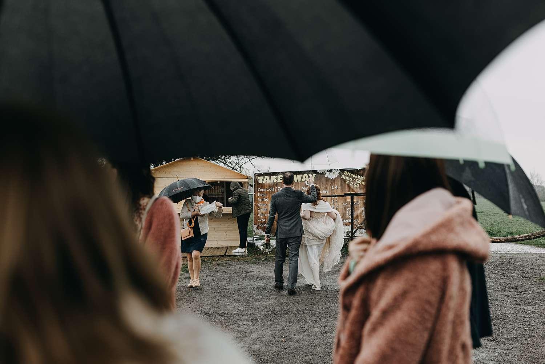 Doorkijkkerkje in Borgloon koppel met paraplu