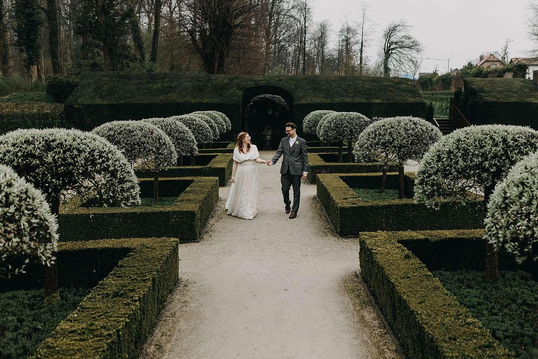 Alden Biesen bruidspaar in Franse tuin