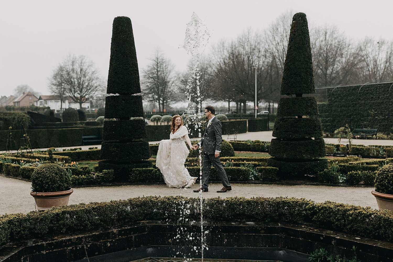 Alden Biesen bruidspaar aan fontein