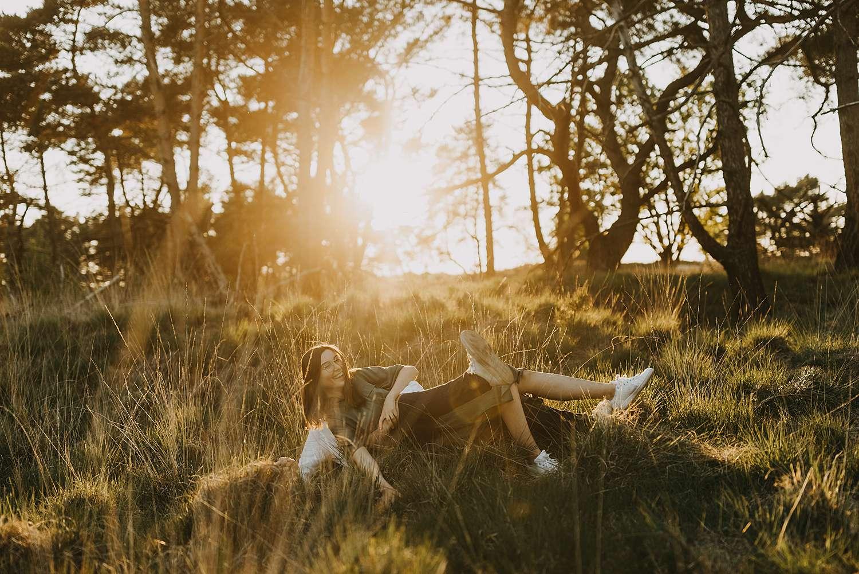 Zonsondergang in hoge gras koppel