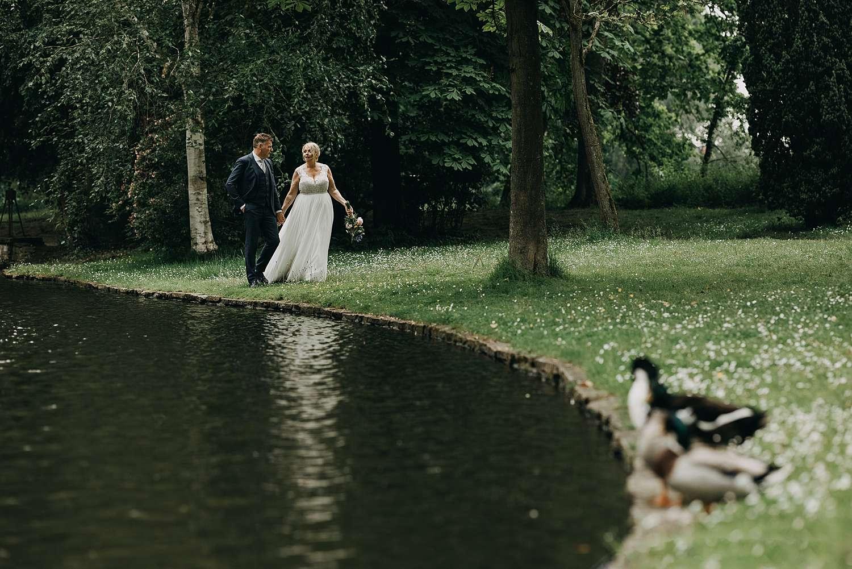 Bruidspaar aan fontein park van Lier
