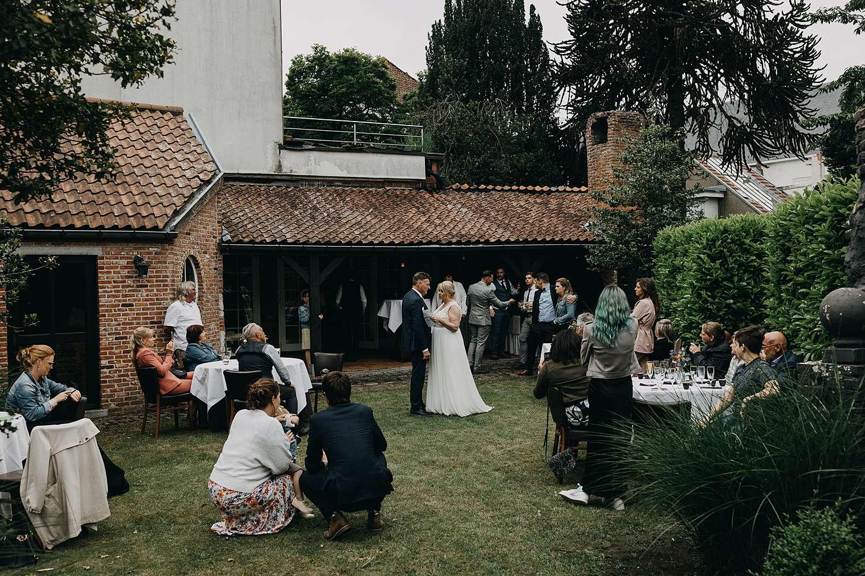 Bruidspaar in tuin hof van Aragon