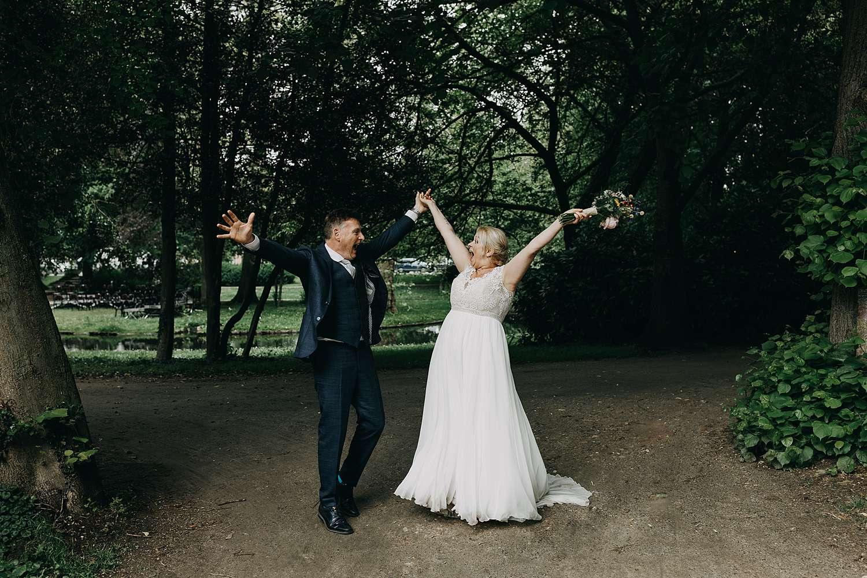 Bruidspaar juicht park van Lier
