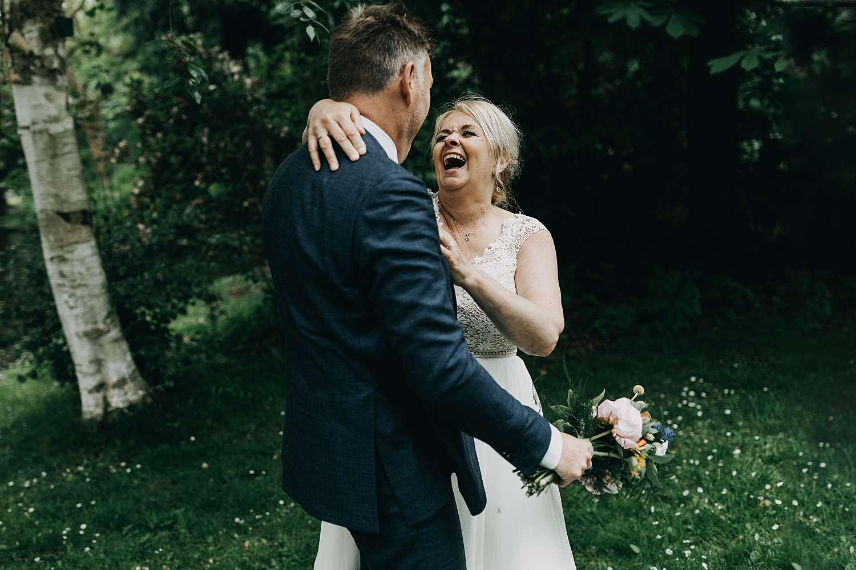 Bruidspaar lacht huwelijksreportage park van Lier