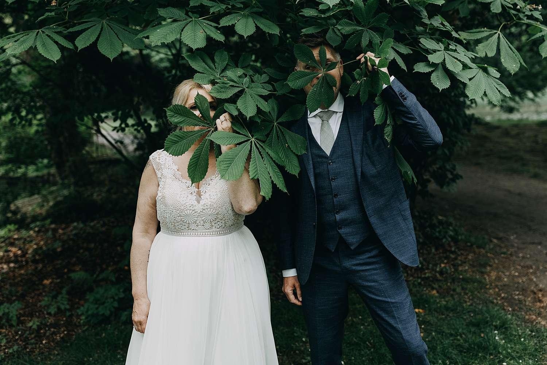 Bruidspaar onder struiken in park van Lier