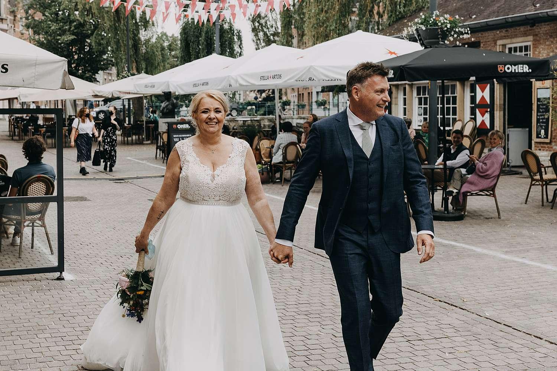Bruidspaar wandelt in Lier