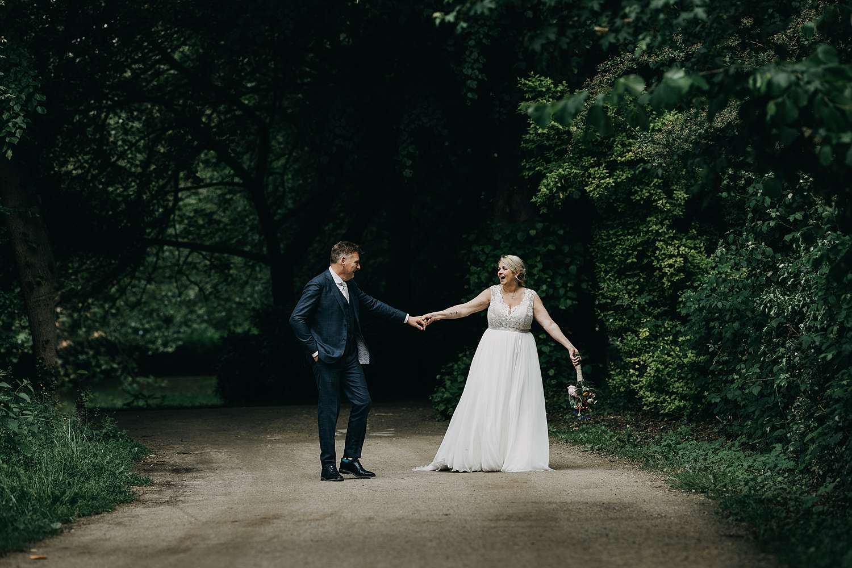 Bruidspaar wandelt park van Lier