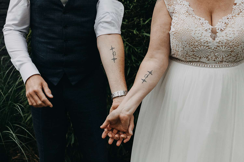Detail tatoeage armen bruidspaar