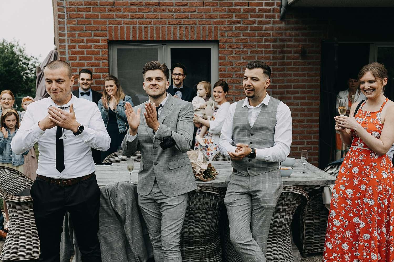 Familie kijkt toe first look huwelijk Lier
