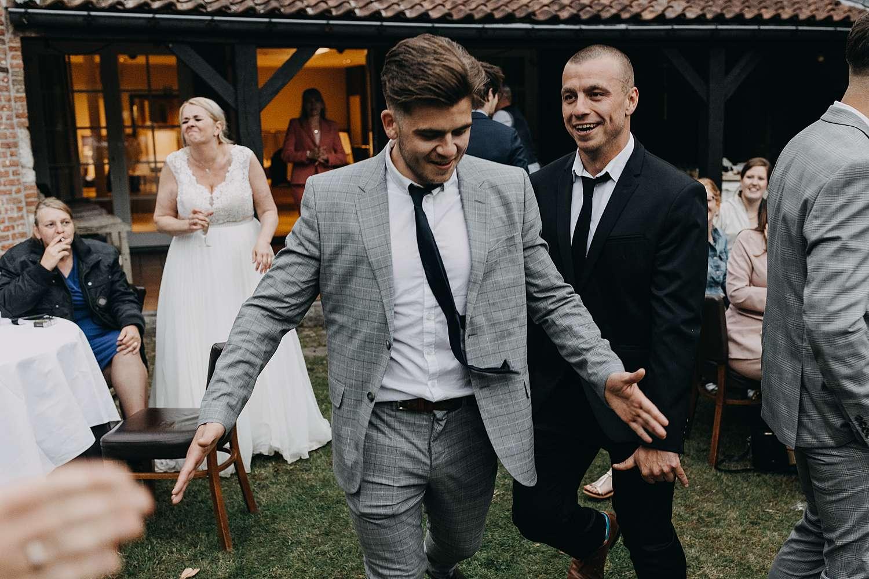 Gasten dansen huwelijk tuin Hof van Aragon Lier