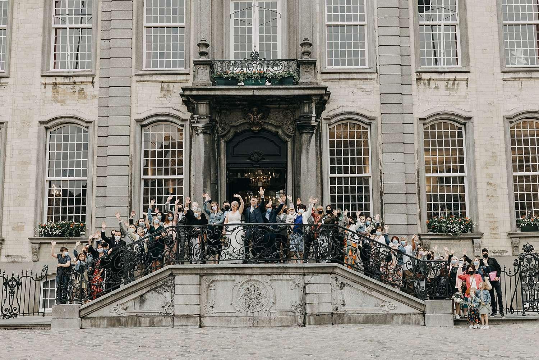 Groepsfoto op trappen stadhuis in Lier