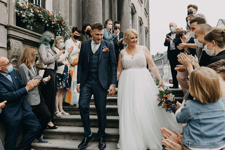 Uittrede bruidspaar huwelijk in stadhuis in Lier