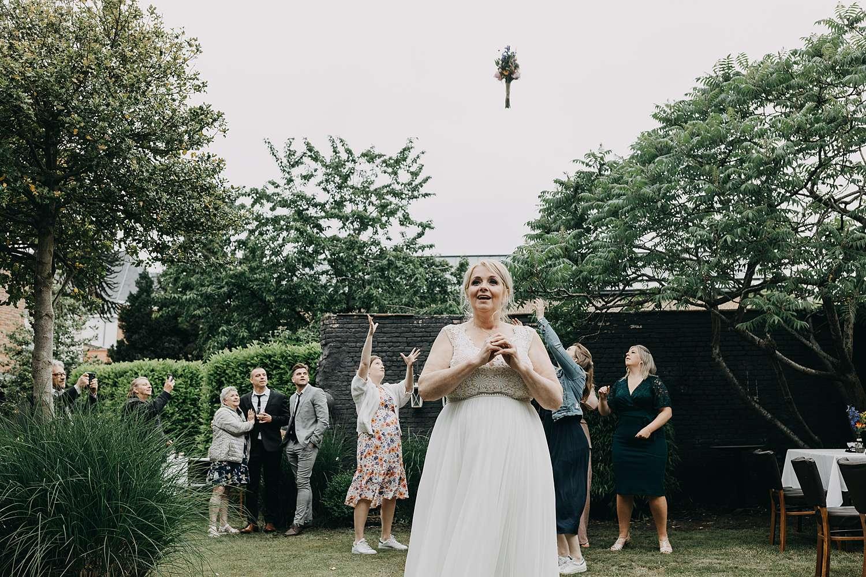 bruid werpt bruidsboeket tuin Hof van Aragon Lier