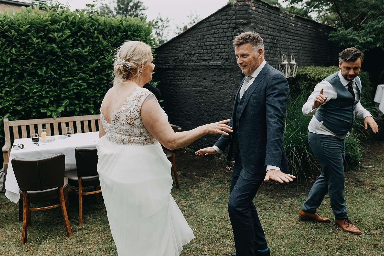 bruidspaar danst tuin Hof van Aragon Lier