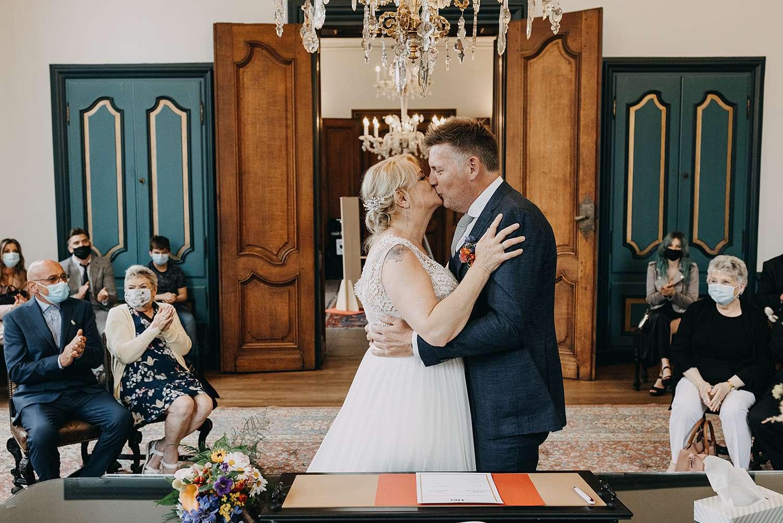 bruidspaar kust tijdens huwelijk in stadhuis in Lier