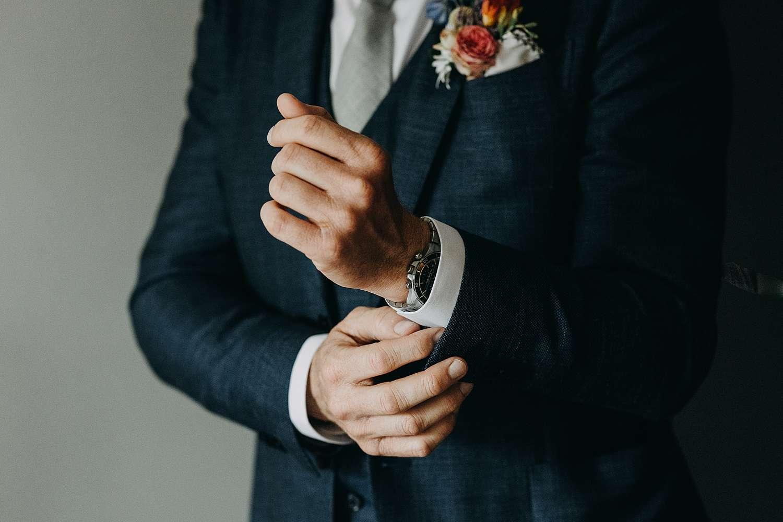 dichtknopen hemd bruidegom