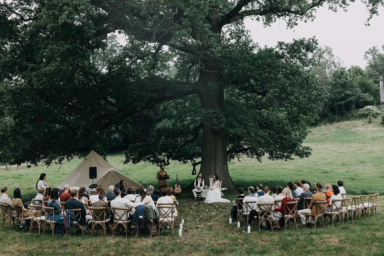 Bohemian hippie trouw onder eikenboom