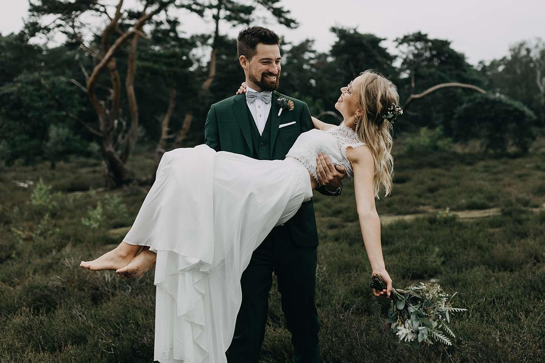 Bruidegom draagt bruid De Teut Zonhoven