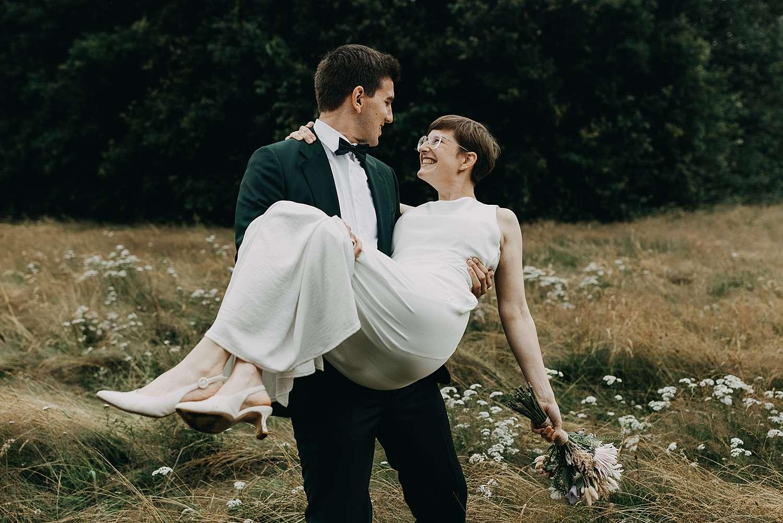 Bruidegom draagt bruid huwelijk natuur