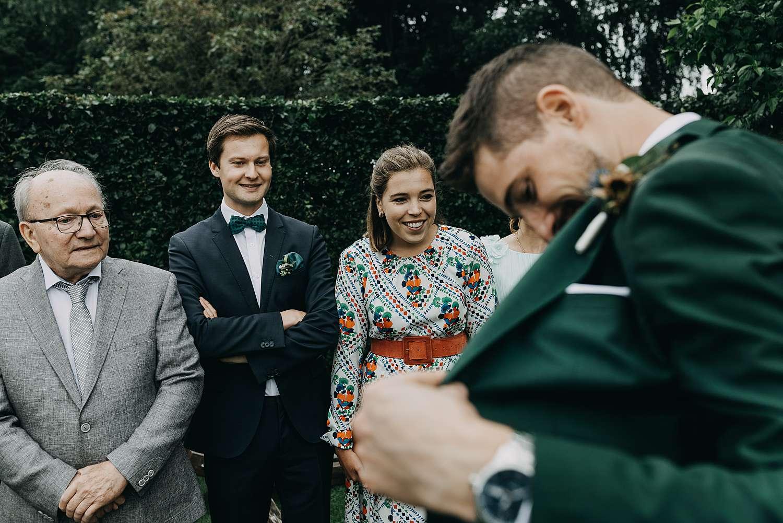 Bruidegom toont binnenkant vest first look