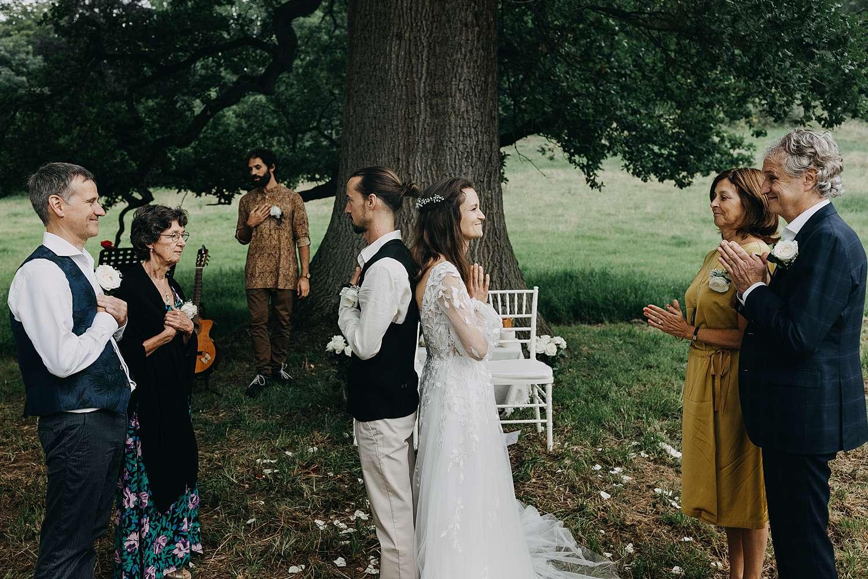 Bruidspaar buitenceremonie gebed eiken boom