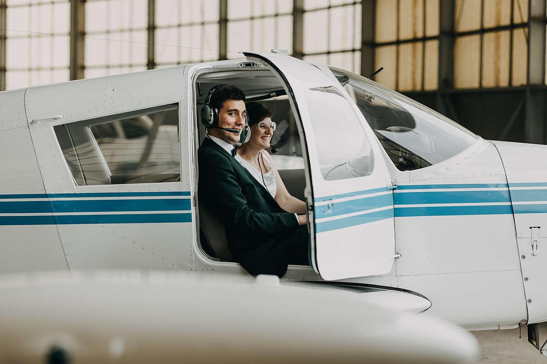 Bruidspaar in cockpit vliegveld Grimbergen