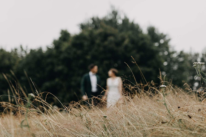 Bruidspaar in hoog grasveld